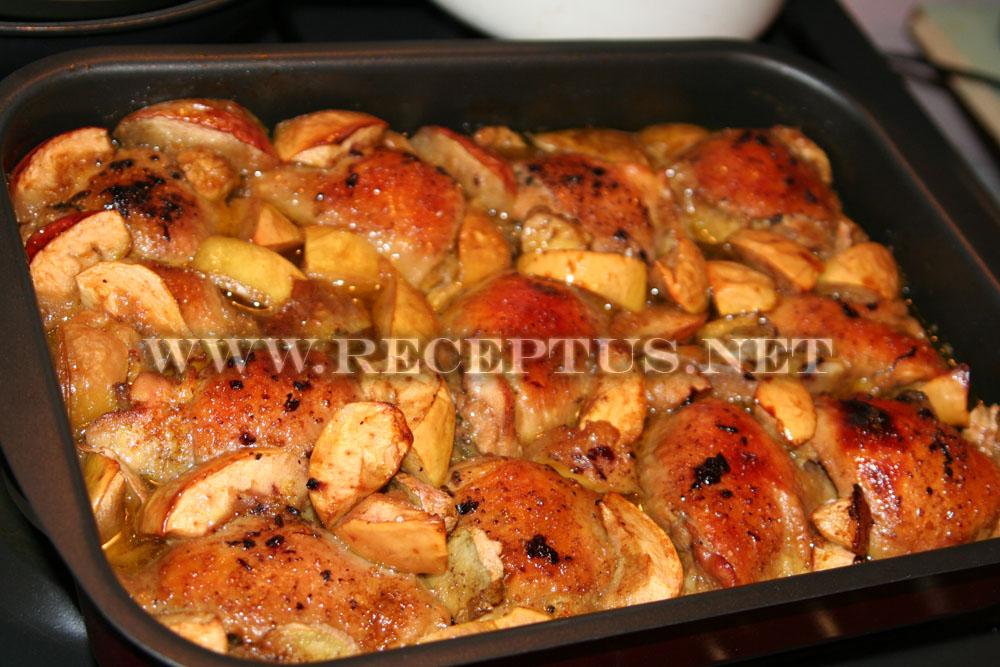 Курица с яблоками и медом