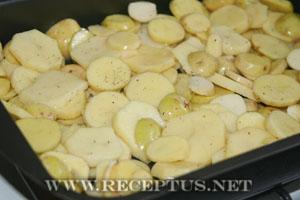 Форель запеченная с картофелем под сметанным соусом