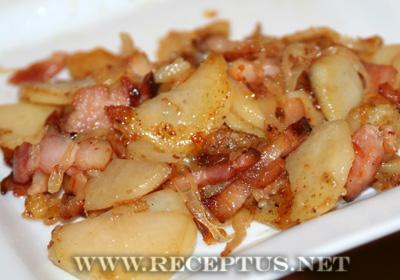 Жареная картошка с луком и беконом