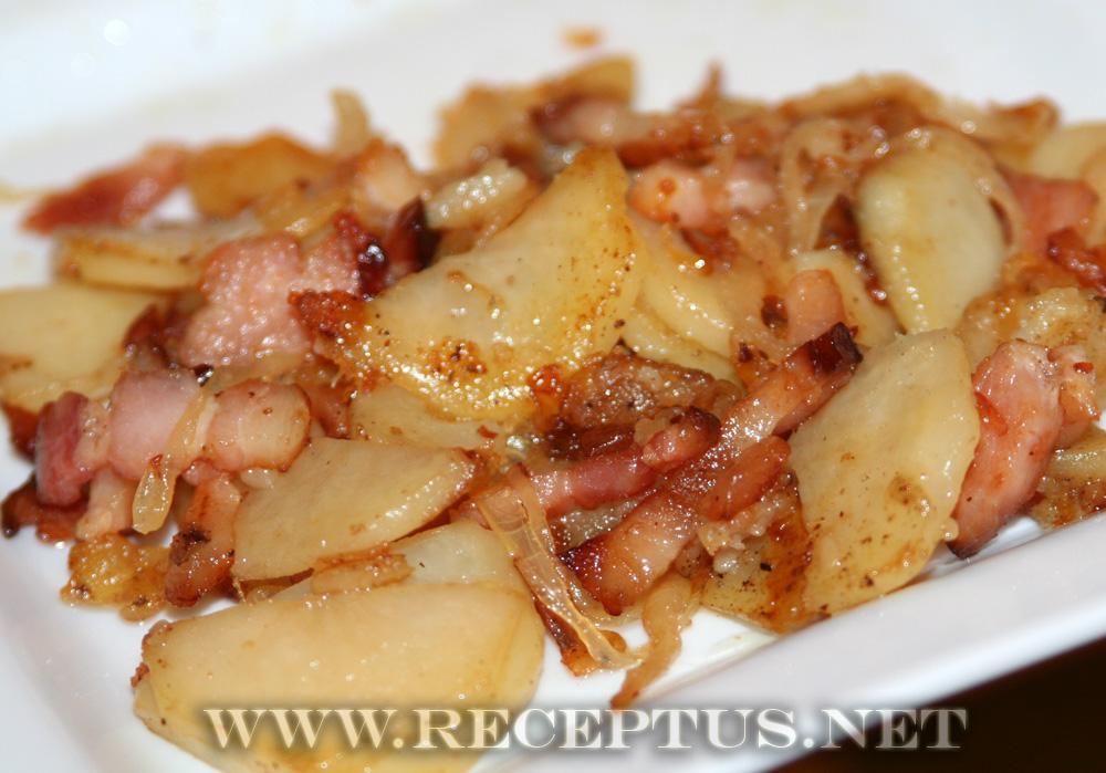 жареная картошка с грибами и беконом